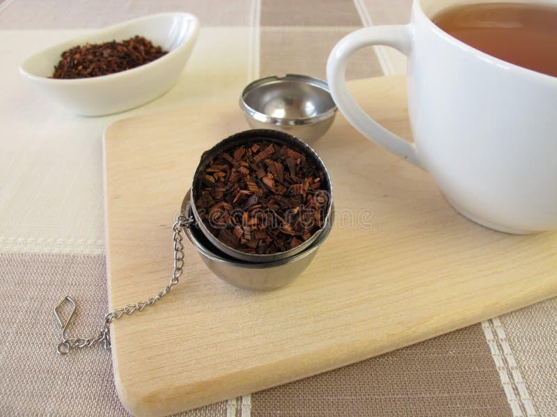 Honeybushtea и шарик infuser чая стоковая фотография