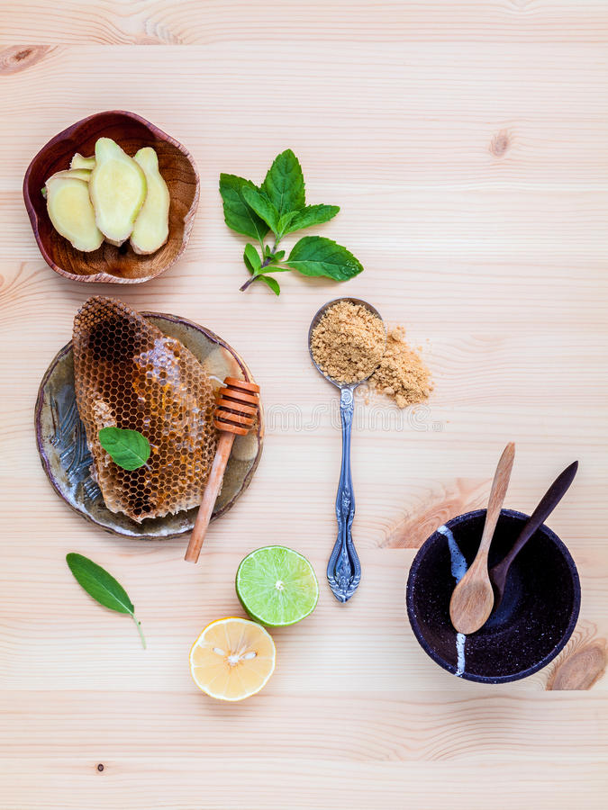 Free Honeycomb On Ceramic Plate With Peppermint ,lime Lemon,ginger An Stock Photos - 68605083