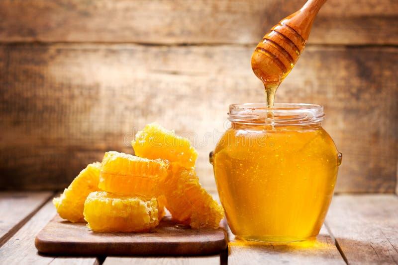 Honeycombs i słój miód fotografia stock