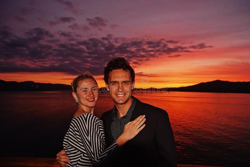 honeymoon Leur amour est un plus grand puis oc?an Couples heureux de famille sur le ciel dramatique au-dessus de la mer ? Bergen, photo libre de droits