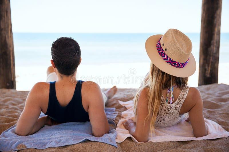 Honeymooners che si rilassano alla spiaggia fotografia stock libera da diritti