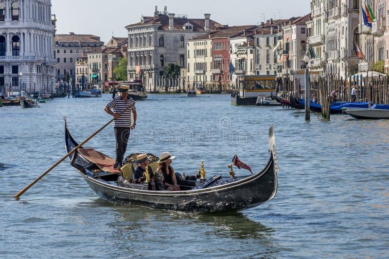 Honeymooners krzyżuje kanał grande na gondoli, Wenecja, Włochy obraz stock