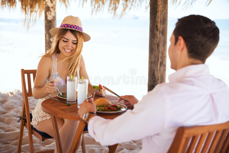 Honeymooners pranzando alla spiaggia immagini stock