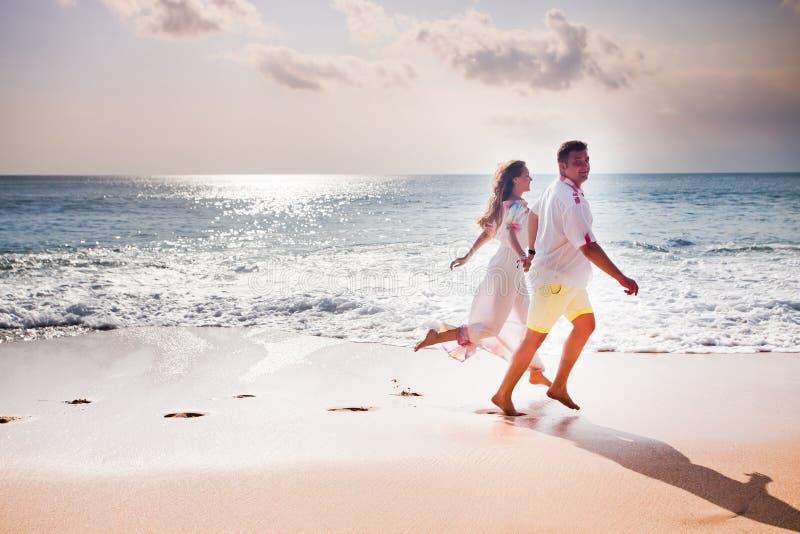 Honeymooners verbinden gerade geheiratet stockfoto