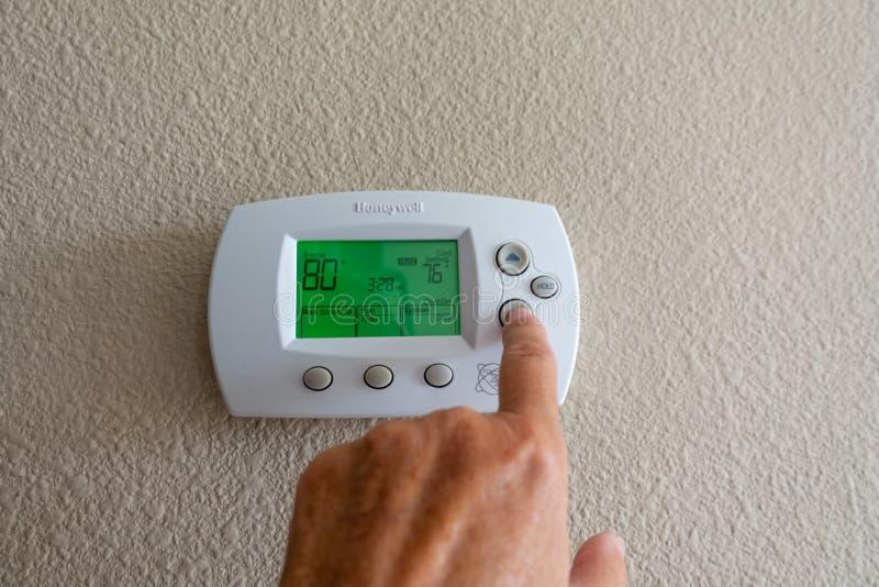 Honeywell programmerbar termostat på en vägg i ett hem arkivbilder