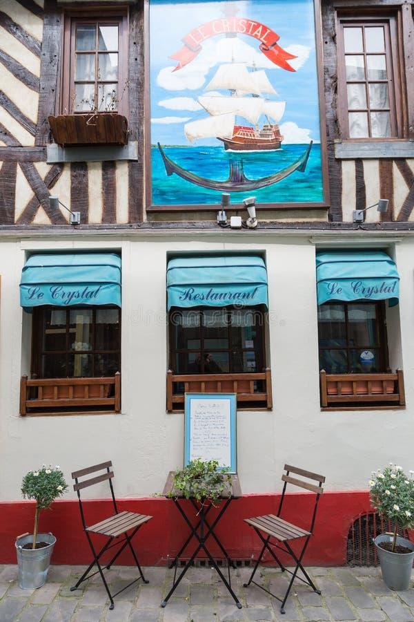 Honfleur Νορμανδία στις 5 Μαΐου 2013: Χαρακτηριστικό εστιατόριο στη γραφική λιμενική πόλη Honfleur στοκ εικόνα