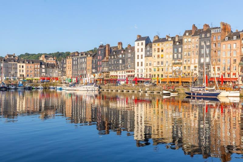 Honfleur, France - 31 août 2016 : Vieux port pittoresque au village de la Normandie des Frances de Honfleur avec des bateaux et d photos libres de droits