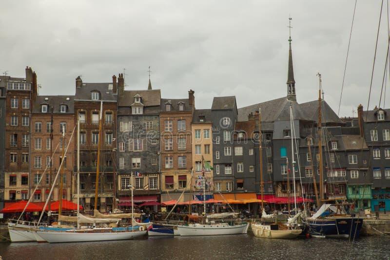 Honfleur-Hafen und die alte Stadt stockfotografie