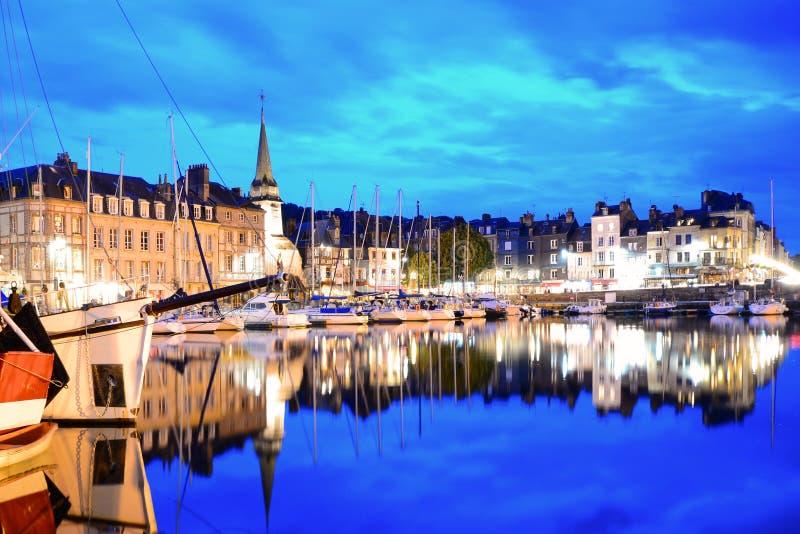 Honfleur hamn på natten, Normandie, Frankrike royaltyfri bild