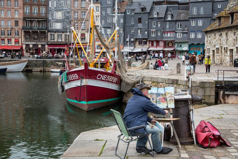 Honfleur Normandië mag 4de 2013: Een kunstenaar schildert mooi stock afbeelding