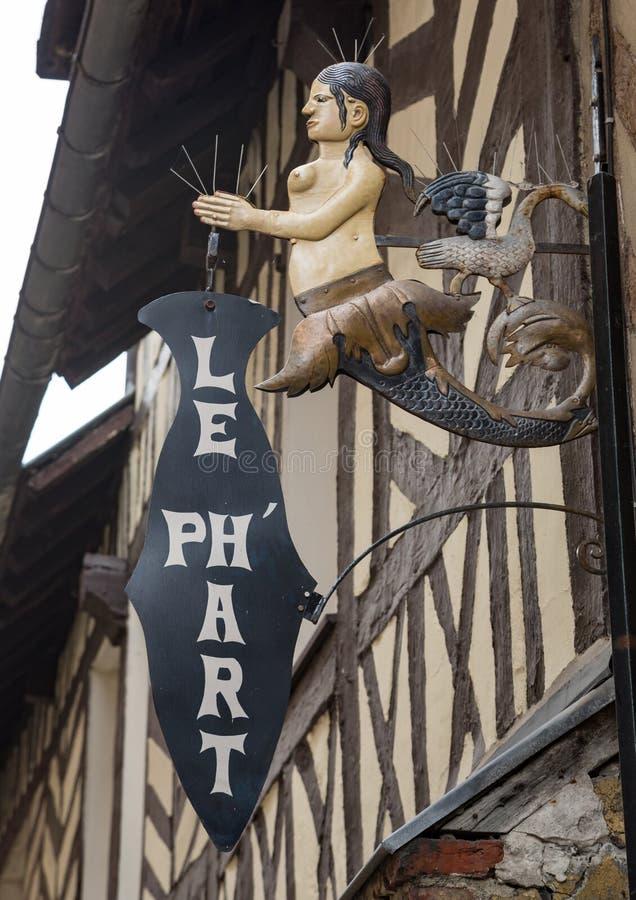 Honfleur Normandië mag 4de 2013: Een meermin die een teken voor houden stock afbeeldingen