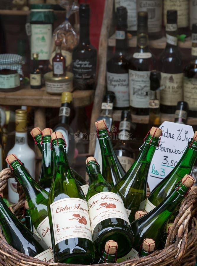 Honfleur Normandië mag 4de 2013: Een selectie van ciders bij een winkel stock afbeelding