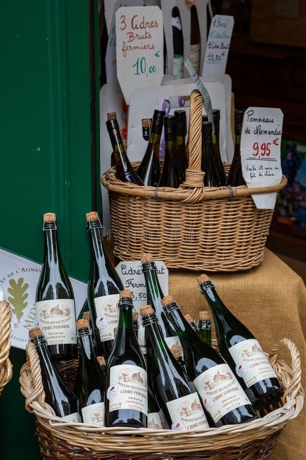Honfleur Normandië mag 4de 2013: Een selectie van ciders bij een winkel royalty-vrije stock fotografie