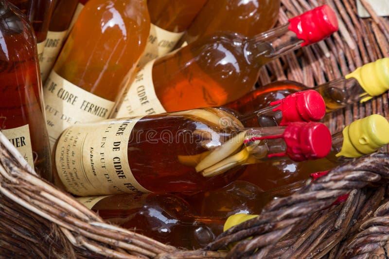 Honfleur Normandië mag 4de 2013: Een selectie van ciders bij een winkel stock foto's
