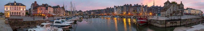 Honfleur Normandië mag 5de 2013: Panorama bij schemer van B stock fotografie