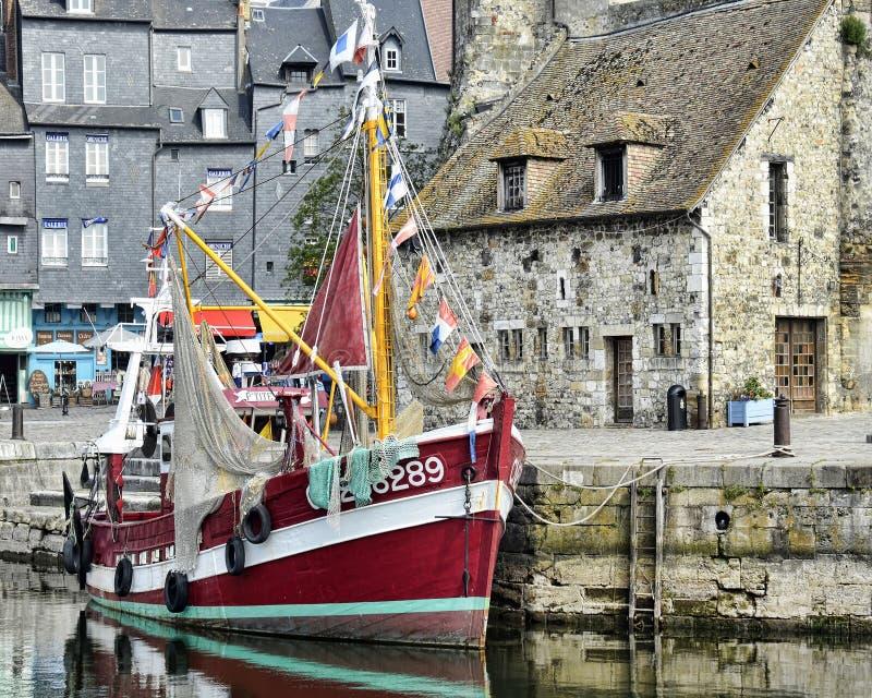 Download Honfleurboot redactionele foto. Afbeelding bestaande uit winkels - 39109516