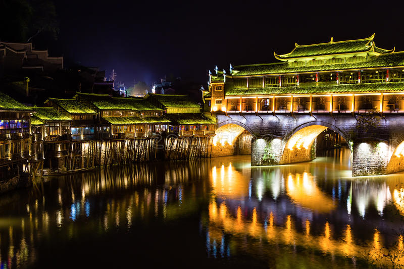 Hong Bridge la nuit dans la ville antique de Fenghuang, province de Hunan images stock