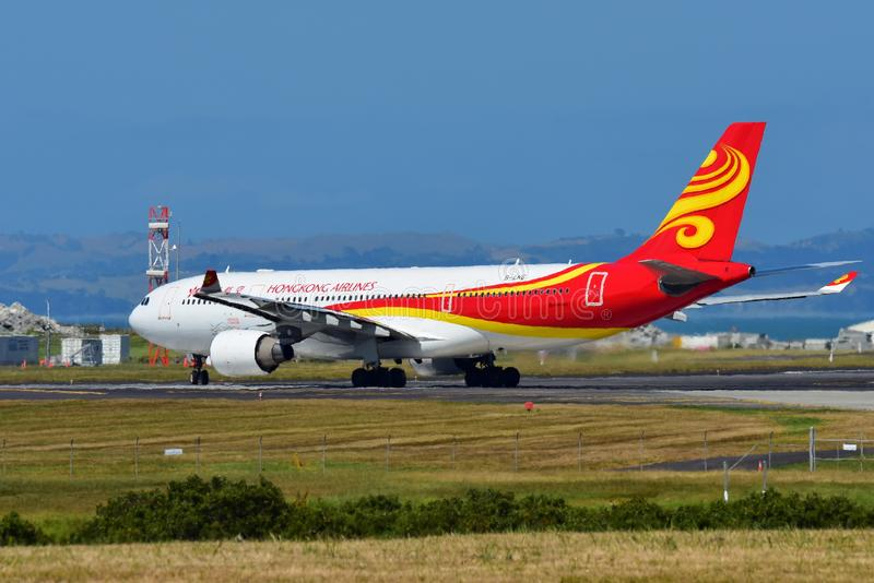 Hong Kong Airlines Airbus A330 que taxiing no aeroporto internacional de Auckland fotografia de stock royalty free