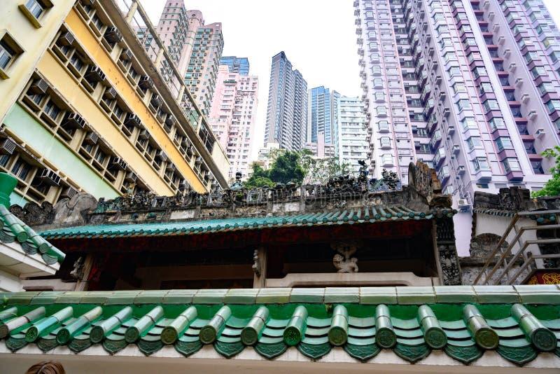 Hong Kong Apartment Buildings achter dak van oude Tempel, privé woningen in Hong Kong, China stock afbeelding
