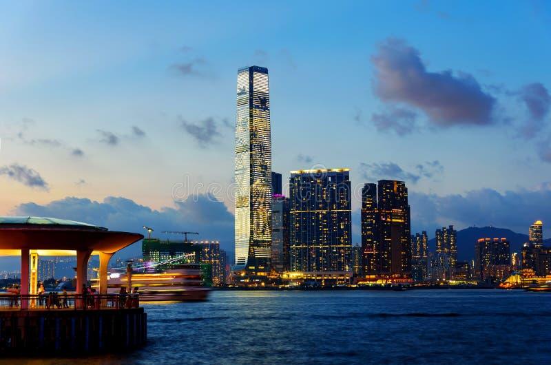 Hong Kong - 8. August 2018: Hong Kong-Ansicht vom zentralen Pier mit im Stadtzentrum gelegener Stadtbildansicht über Wasser vom S stockfotografie