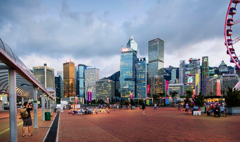 Hong Kong - 8. August 2018: Mann, der ein Foto von Wolkenkratzern und von modernen Gebäuden des im Stadtzentrum gelegenen Bezirke lizenzfreies stockfoto