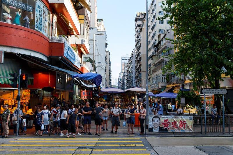 Hong Kong - 8. August 2018: Hong Kong-Stadt Mongkok-Stadtmarkt dr?ngte sich mit Besuchern zur Tageszeit stockbild