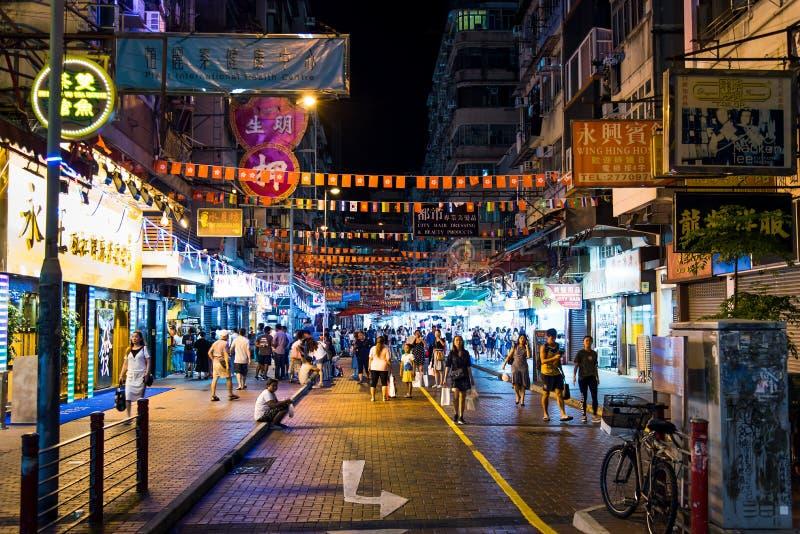 Hong Kong - 7. August 2018: Tempelstraßen-Nachtmarkt in Hong Kong beschäftigt mit Besuchern nachts stockfotografie