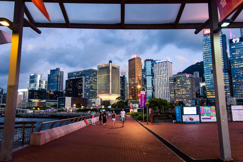 Hong Kong - Augusti 8, 2018: Central hamn för Hong Kong ö och i stadens centrum cityscape på natten royaltyfri bild