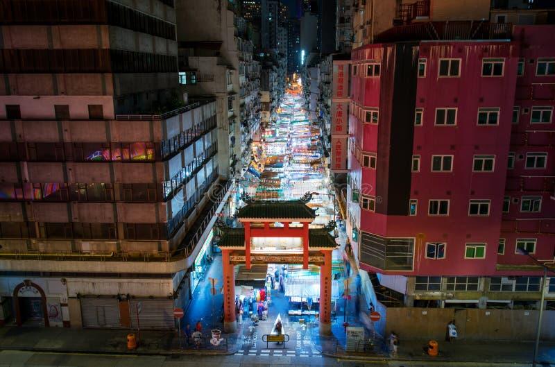 Hong Kong - Augustus 7, 2018: De ingang van de de nachtmarkt van de tempelstraat stock foto's