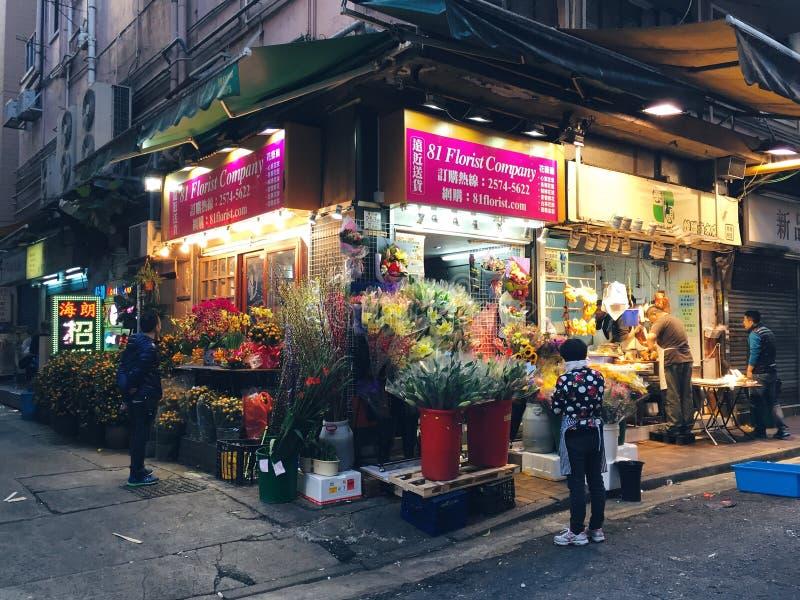 Hong Kong-Blumengeschäft, kaufende Kunden, am Chinesischen Neujahrsfest lizenzfreies stockbild