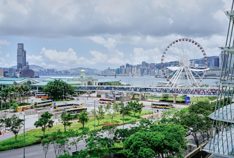 Hong Kong Central Pier och Hong Kong Observation Wheel arkivbild