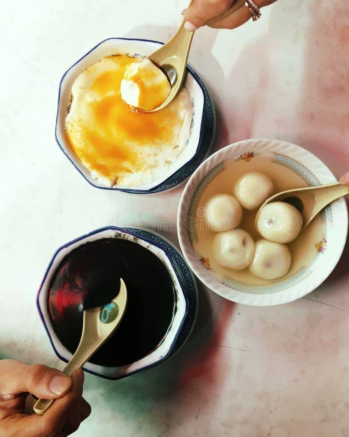 Hong Kong, Chińscy desery: tofu fa, blaszecznica Yuen, czarny sezam obraz stock