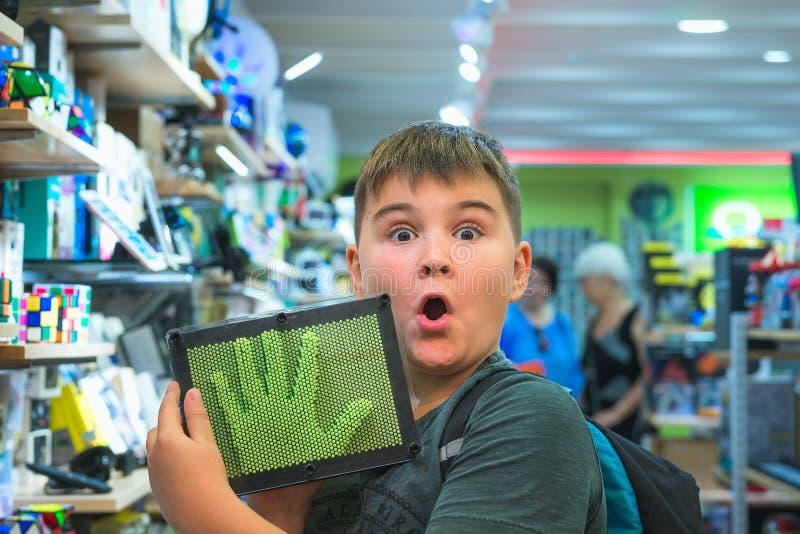 HONG KONG, CHINA - 1º de novembro de 2017 O menino na loja do dispositivo é sur fotos de stock