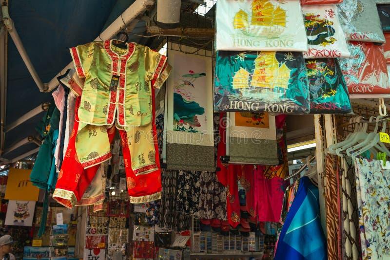 HONG KONG, CHINA - 1º de novembro de 2017 Roupa e lembranças na loja em Stanley Market, destino famoso do turista em Hong Kong imagens de stock royalty free