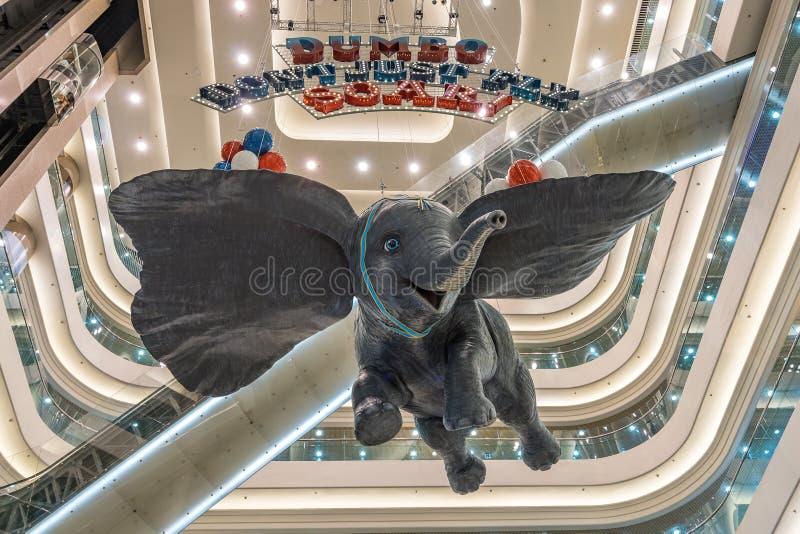 Hong Kong, China - 21. April 2019: Riesige Dumbo-Elefantwerbung im Time Square-Einkaufszentrum lizenzfreie stockfotos
