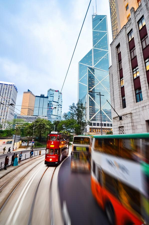 HONG KONG, CHINA - APRIL 29, 2014: Twee-verhaal trams op de straten van stad in motie Hoge snelheid Het openbare vervoer van de s royalty-vrije stock afbeelding