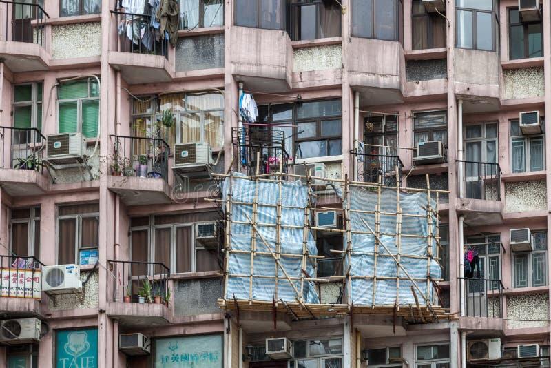 HONG KONG, CHINA/ASIA - 29 DE FEVEREIRO: Bloco de apartamentos em Hong Kong fotografia de stock royalty free