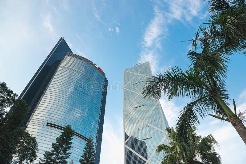 HONG KONG, CHINA - 19 de abril de 2018 Torre do Banco da China e construção de ICBC, vista inferior imagem de stock royalty free