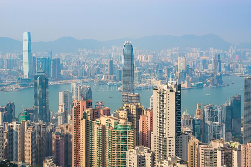 HONG KONG, CHINA - 19 de abril de 2018 Vista do porto e dos arranha-céus de Hong Kong de Victoria Point imagens de stock