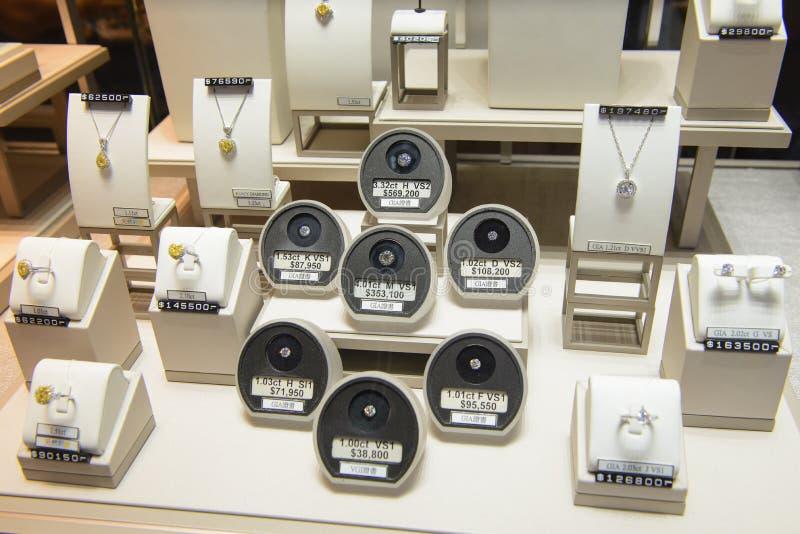 Hong Kong, China - 15 de agosto de 2018: Los diversos tamaños de los diamantes redondos, anillos de diamante y collares muestran  foto de archivo