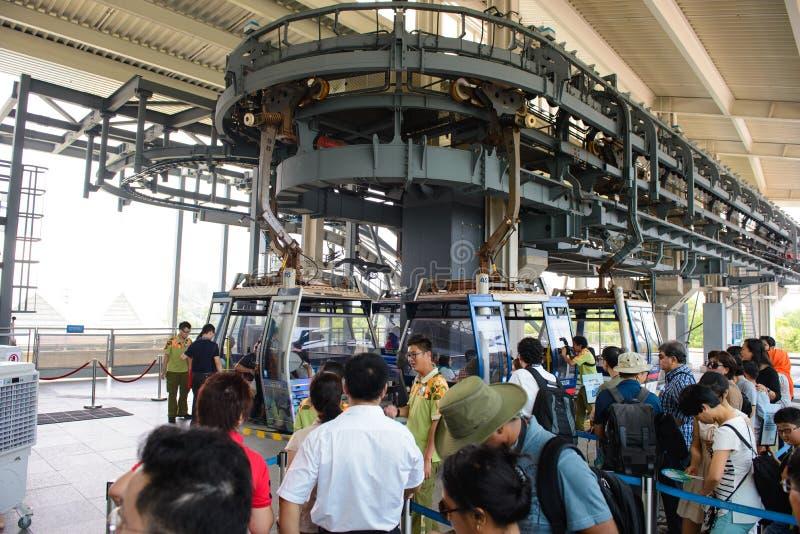 Hong Kong, China - 8 de agosto de 2015: Turistas não identificados que esperam para obter em teleféricos de Hong Kong, o transpor fotos de stock