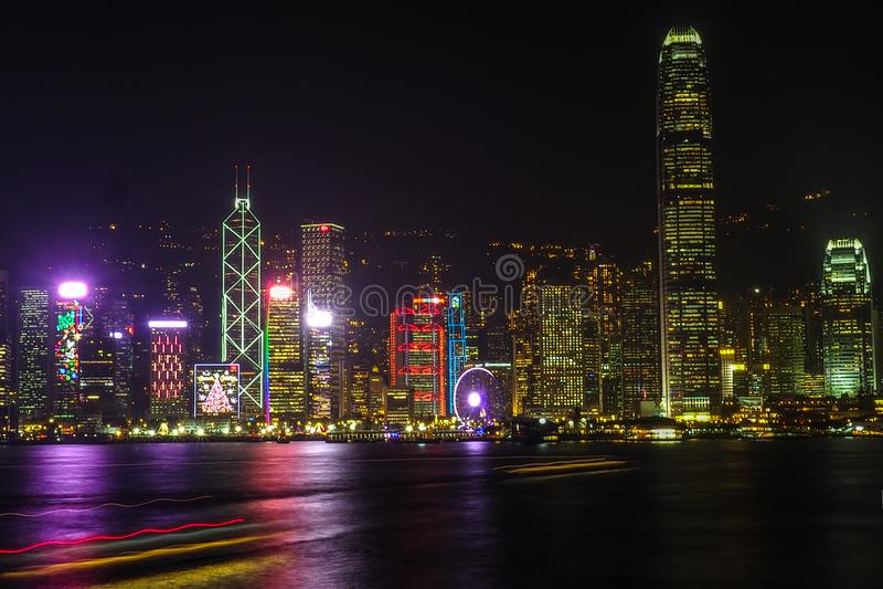 HONG KONG, CHINA - 8 DE DICIEMBRE DE 2016: Horizonte de la ciudad de Hong Kong en la noche sobre Victoria Harbor con el cielo cla fotos de archivo libres de regalías