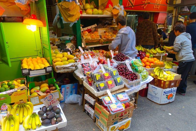 HONG KONG, CHINA - 26 DE ENERO DE 2017: Soporte de fruta de la calle en la ciudad de Hong Kong imagen de archivo libre de regalías