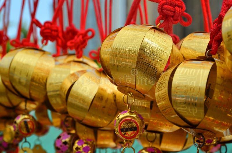 HONG KONG, CHINA - 13 DE MARÇO DE 2018: Sino santamente na parede para o respeito que reza em Wong Tai Sin Temple na ilha de Kowl fotografia de stock