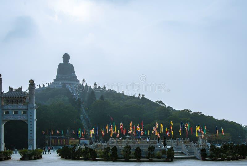 HONG KONG, CHINA - DEZEMBRO 11: O D 2013: A grande estátua de bronze da opinião da Buda de Ngong Ping Piazza foto de stock royalty free
