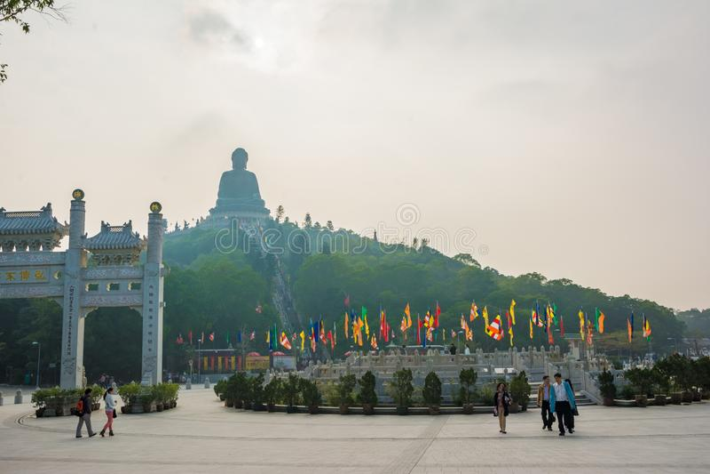 HONG KONG, CHINA - 11 2013: Die große Bronzestatue von Buddha-Ansicht von Ngong Ping Piazza stockfoto