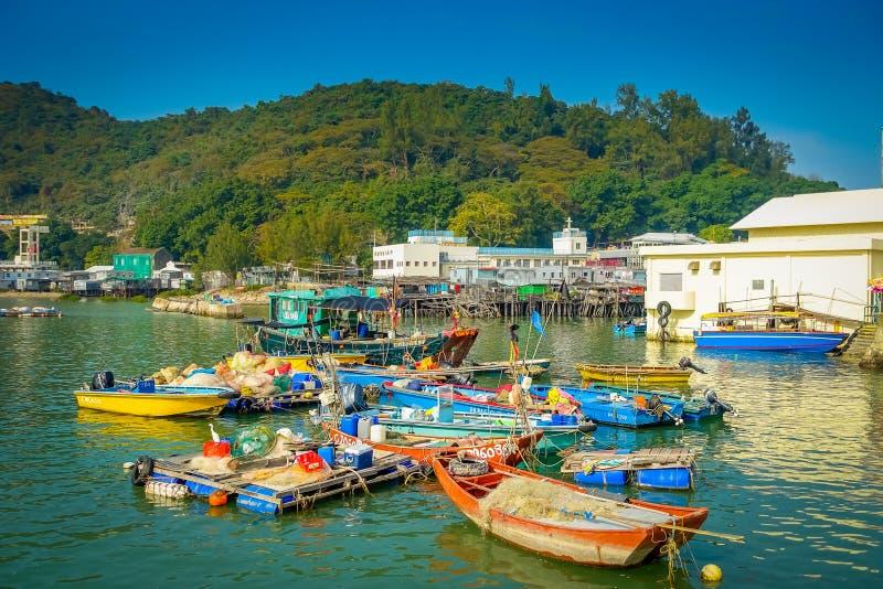 HONG KONG, CHINA - 26. JANUAR 2017: Riverboats im schmutzigen Fluss des alten Fischerdorfs Tai O mit rustikalen Häusern, in a lizenzfreie stockfotos