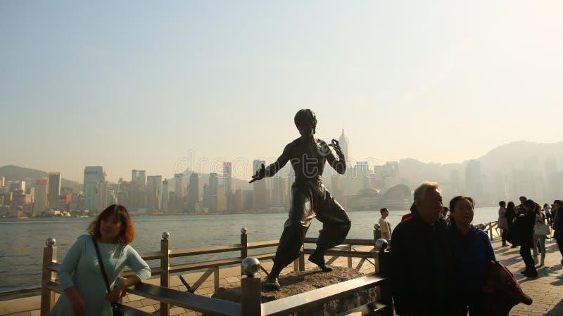 Hong Kong, China - 1. Januar 2016: Stehender Bruce Lee auf der Allee der Sterne Die Statue ist eine der Hauptleitung stockbild