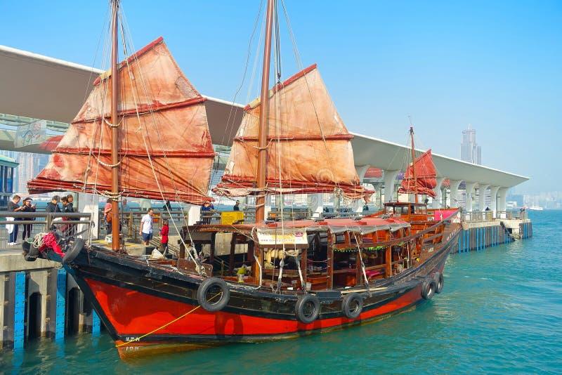 HONG KONG, CHINA - 26. JANUAR 2017: Touristisches Segelboot am Hafen, szenische Ansicht des hölzernen Segelschiffs des traditione lizenzfreies stockbild