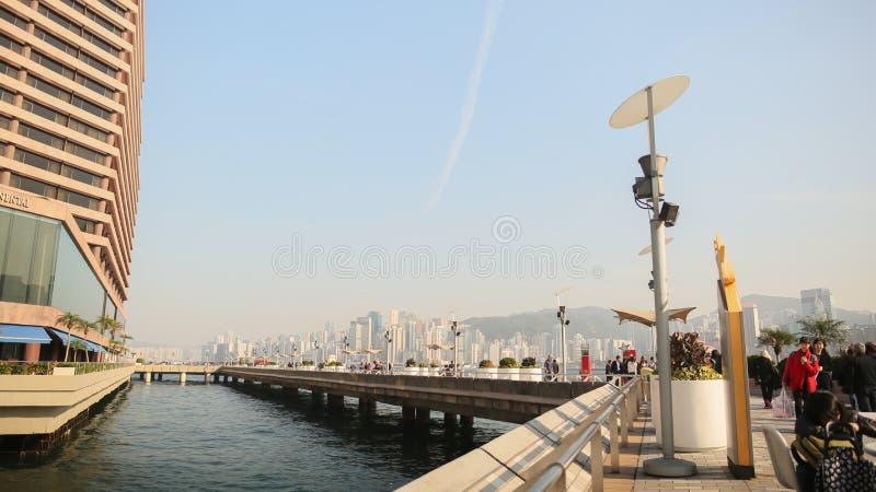 Hong Kong, China - Januari 1, 2016: De stedelijke ingezetenen en de toeristen lopen langs de voetbrug op de kust van Hong stock afbeeldingen